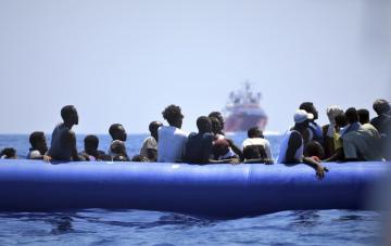 Migranti zachránění ve Středozemním moři  lodí Ocean Viking na snímku z 12. srpna 2019.