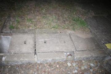 Mladý muž v červenci umístil v Moravském Písku na Hodonínsku na koleje betonový blok (na snímku), do kterého později najel rychlík.