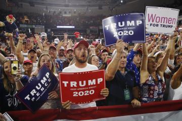 Příznivci amerického prezidenta Donalda Trumpa na shromáždění v Manchesteru ve státu New Hampshire 16. srpna 2019.