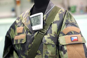 Vědci Technické univerzity v Liberci vyvinuli pro armádu uniformu s proměnlivou kamufláží, která dokáže vojáka zamaskovat v lese i na poušti. Při pohybu v lese má uniforma tmavozelené odstíny, v sušším a teplejším prostředí vybledne. Dokáže to díky termochromním pigmentům v materiálu, ze kterého je uniforma vyrobena.Prototyp oděvu předají podle ní vědci v nejbližších dnech Vojenskému výzkumnému ústavu k testování.