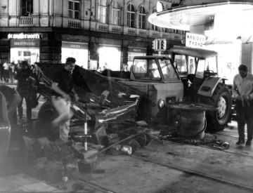 Demonstrace v Praze 21.08.1969 . Na sn. Barikáda na Národní třídě u obchodního domu Prior.