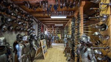 Zbrojnice v Housově mlýně v Táboře na snímku pořízeném 21. srpna 2019. Akademie rytířských umění tam pořádá kurz pro zájemce o práci kaskadérů. Účastníci kurzu se učí šermovat, střílet z kuše a luku, vrhat nože nebo bojovat na koni. Výuku absolvují dvě desítky mužů a žen, nejzdatnější z nich mají šanci, že se v budoucnosti objeví v některém z filmů české nebo zahraniční produkce.