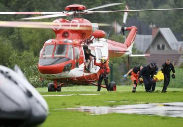 Polští záchranáři v Tatrách přenášejí jednoho ze zraněných po zásahu bleskem.