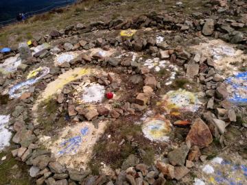 Na Sněžce někdo nad ránem 5. září 2019 vytvořil z kamenů spirálu, tzv. mandalu, čímž nevratně poničil vzácný ekosystém arkto-alpínské tundry. Správa KRNAP hledá svědky.