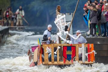 Jen díky spolupráci s Povodím Vltavy, které krátkodobě zvýšilo průtok v řece Vltavě, mohla 7. září 2019 na hladinu řeky vyrazit kuriózní plavidla.