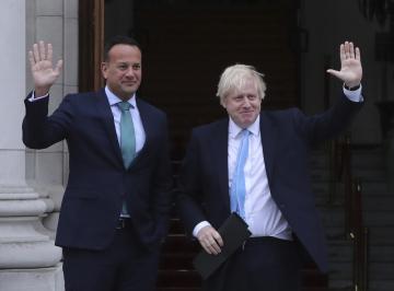 Irský premiér Leo Varadkar (vlevo) a jeho britský protějšek Boris Johnson.