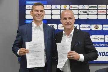 Zleva generální ředitel Škody Electric Jaromír Šilhánek a majitel HC Škoda Plzeň Martin Straka podepsali 9. září 2019 v Plzni smlouvu o poskytování marketingových služeb.