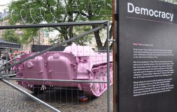Nová verze růžového tanku českého umělce Davida Černého je součástí výstavy k 30. výročí sametové revoluce, která byla zahájena 9. září 2019 ve Stockholmu. Bojové vozidlo pěchoty bylo roku 1989, v době pádu berlínské zdi, součástí jednotek rychlého nasazení Německé demokratické republiky. Na výstavu bylo jen zapůjčeno a po jejím skončení na konci září 2019 se bude muset opět přebarvit na zeleno a vrátit.