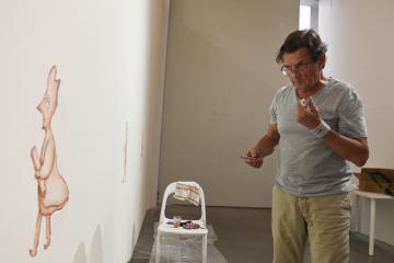 Český výtvarník Petr Sís dokončuje jednu z kreseb před svou výstavou v pražské výstavní síni DOX, kde poskytl 9. září 2019 rozhovor České tiskové kanceláři.