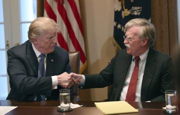 Americký prezident Donald Trump (vlevo)  a jeho poradce John Bolton na snímku z 9. dubna 2018.