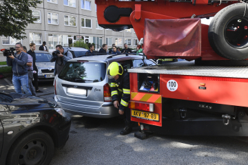 Jeden z hasičů si hledá cestu od vozu při praktické ukázce na sídlišti v Praze, kde 13. září 2019 středočeští a pražští hasiči zahájili společný projekt, kterým chtějí upozornit na špatnou průjezdnost ulic na sídlištích.