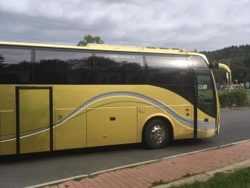 Řidič autobusu na lince z Liberce do Prahy 16. září 2019 zkolaboval během jízdy. Na snímku autobus po nárazu do svodidel.