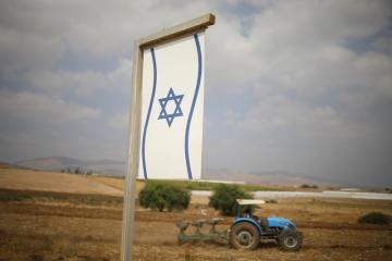 Palestinský farmář pracuje na poli na Izraelem okupovaném území na Západním břehu Jordánu na snímku z  11. září 2019.