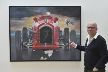 Obraz Theodora Pištěka nazvaný Adieu, Guy Moll (2017) na výstavě v Domě umění města Brna (na snímku z 24. září 2019). Vpravo je kurátor výstavy Martin Dostál.