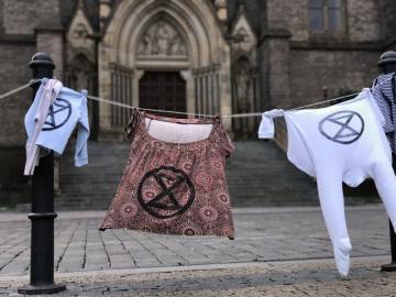 Na téměř dvacítce míst v Praze se objevilo 30. září rozvěšené oblečení. Jde o akci hnutí Extinction Rebellion, které tím chce poukázat na zátěž, kterou pro planetu představuje textilní průmysl.