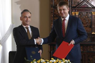Český ministr zahraničí Tomáš Petříček (vpravo) a jeho německý protějšek Heiko Maas si podávají ruce 30. září 2019 v Praze poté, co podepsali společné prohlášení a pracovní program česko-německého Strategického dialogu na další dvouleté období (2019-2021).