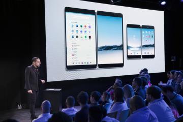 Chytrý telefon společnosti Microsoft Surface Duo představuje Panos Panay (vlevo).
