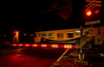 Správa železniční dopravní cesty (SŽDC) nechala namontovat ve Velkém Březně na Ústecku na přejezd přes trať Kolín - Děčín závory osvětlené červenými LED diodami v bílých polích (na snímku z 9. října 2019). Zabezpečovací zařízení tohoto typu je první v zemi a bude fungovat v ověřovacím provozu. Aktivní světelná signalizace je právě tady, protože přejezd je frekventovaný a nedaleko je základní škola.