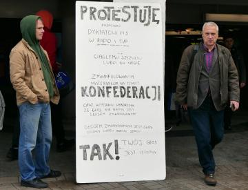 Stoupenec polské pravicové euroskeptické strany Konfederace (na snímku z 10. října 2019) vyjadřuje v centru Varšavy před parlamentními volbami svůj nesouhlas s politikou vládní strany Právo a spravedlnost.