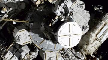 Americké astronautky Christina Kochová (vpravo) a Jessica Meirová během práce vně Mezinárodní vesmírné stanice na snímku z 18. října 2019.