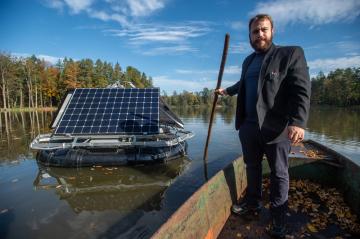 Energetická společnost Hydroservis-Union, která sídlí v Šimanově u Stráže nad Nežárkou, vyvinula a zprovoznila solárně napájené zařízení, které rybářům pomůže čeřit a okysličovat vodu v rybnících. Na snímku z 21. října 2019 ho ukazuje statutární ředitel firmy Viktor Korbel.