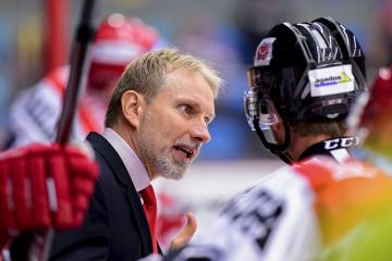 Trenér hokejistů Hradce Králové Tomáš Martinec diskutuje s rozhodčím.