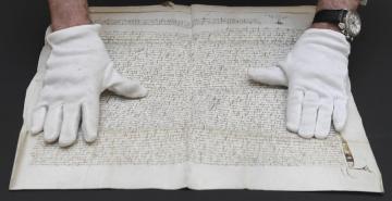 Policie zabavila vzácný notářský zápis z roku 1406 (na snímku z 10. června 2019), který letos v červnu vydražila Národní knihovna za více než 18 milionů korun. Kriminalisté mají podezření, že je kradený. Policie dokument zabavila hned po aukci, knihovna za něj nakonec nezaplatila a nevznikla jí žádná škoda. Informuje o tom Deník N.