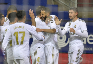 Radost fotbalistů Realu Madrid po vítězství v Eibaru. Uprostřed je střelec Karim Benzema.