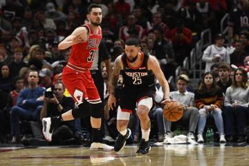 Basketbalistu Houstonu Rockets Austina Riverse (vpravo) se snaží zastavit hráč Chicaga Bulls Tomáš Satoranský v utkání NBA.