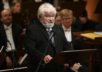Koncert České studentské filharmonie ke Dni studentstva se konal 16. listopadu 2019 v pražském Rudolfinu. Na snímku je bývalý premiér a předseda Senátu Petr Pithart při projevu.