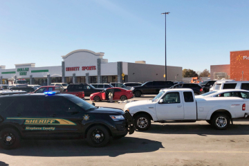 Policejní vozidlo u nákupního střediska v oklahomském Duncanu, kde 18. listopadu útočil střelec.