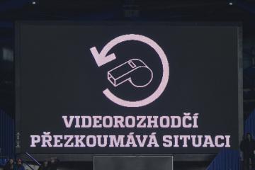 Fotbalový videorozhodčí, informační panel - ilustrační foto.