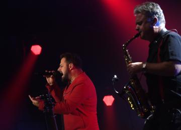 Písničkář Ondřej Ládek vystupující pod uměleckým jménem Xindl X (vlevo) vystoupil 28. listopadu 2019 v Praze na koncertě s názvem Narozeninová oslava XL, na kterém oslavil své 40. narozeniny.