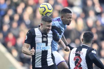 Fotbalista Manchesteru City Gabriel Jesus (uprostřed) a Federico Fernandez z Newcastlu v utkání anglické ligy.