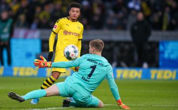 Fotbalista Dortmundu Jadon Sancho střílí gól v utkání na hřišti Herthy Berlín.