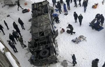 Autobus na ruském Dálném východě po pádu z mostu na snímku z 1. prosince 2019.