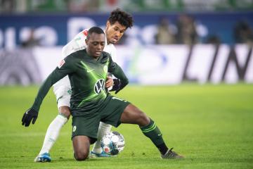 Fotbalista Brém Theodor Gebre Selassie (vlevo) a Jerome Roussillon z Wolfsburgu v utkání německé ligy.