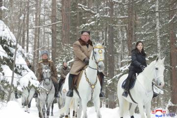 Severokorejský vůdce Kim Čong-un míří na bílém koni na vrchol hory Pektu.