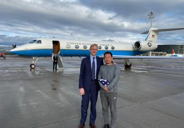 Americký zmocněnec pro Írán Brian Hook (vlevo) v Curychu s  čínsko-americkým studentem Xiyue Wangem, kterého věznil Írán.