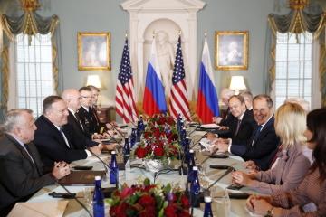 Americký ministr zahraničí Mike Pompeo (vlevo) a jeho ruský protějšek Sergej Lavrov (vpravo uprostřed).