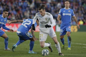 Fotbalista Realu Madrid Gareth Bale (uprostřed) v utkání španělské ligy na hřišti Getafe.