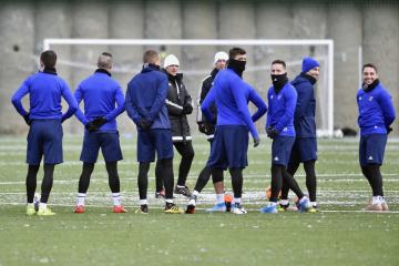 Fotbalisté Baníku Ostrava zahájili 6. ledna 2020 zimní přípravu s novým trenérem Lubošem Kozlem (v bílé čepici vlevo). Vedle něj vpravo stojí trenér brankářů Vít Baránek.