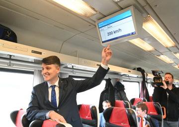 Generální ředitel Správy železnic (SŽ) Jiří Svoboda ukazuje na obrazovku zobrazující dosaženou rychlost vlaku 200 kilometrů za hodinu 13. ledna 2020 během zkušební jízdy mezi Brnem a Břeclaví.