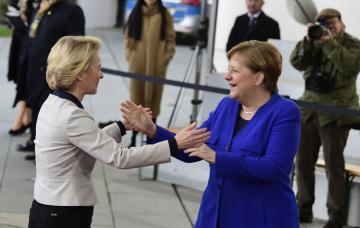 Německá kancléřka Angela Merkelová vítá předsedkyni Evropské komise Ursulu von der Leyenovou na mezinárodní konferenci o Libyi v Berlíně.