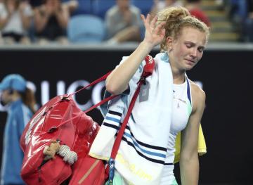 Česká tenistka Kateřina Siniaková opouští kurt po prohře s Petrou Kvitovou v 1. kole Australian Open.