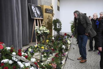 Ve strašnickém krematoriu v Praze proběhlo 21. ledna 2020 poslední rozloučení s frontmanem kapely Bluesberry Petarem Introvičem. Zpěvák, harmonikář, kytarista a skladatel Introvič zemřel po dlouhém boji s následky vážného zranění 9. ledna 2020 ve věku 68 let. Hudebník byl známý svoji vášní pro cyklistiku, která se mu stala osudnou. Po nehodě z loňského června skončil v nemocnici a již se neprobral z umělého spánku. Na snímku je hudebník Ivan Hlas.