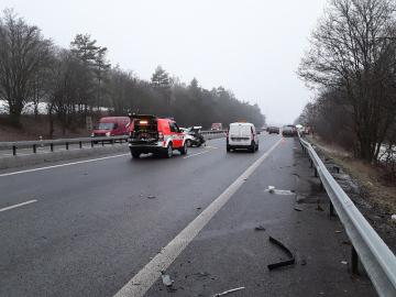 Některé silnice v Jihomoravském kraji pokryla 24. ledna před polednem ledovka, staly se desítky nehod. Snímek ukazuje jednu z nehod u obce Omice nedaleko Brna.