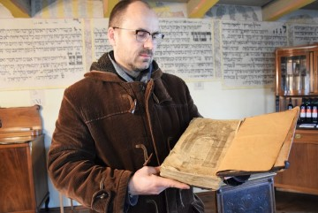 Správce Šachovy synagogy Vratislav Brázdil ukazuje 6. února 2020 v Holešově výtisk komentáře židovského práva Šulchan aruchu od rabína Šacha.