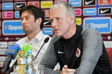 Hlavní trenér Václav Jílek (vpravo) a sportovní ředitel Tomáš Rosický vystoupili 11. února 2020 v Praze na tiskové konferenci fotbalové Sparty Praha před zahájením jarní části sezony.