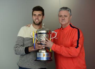 Tenista Jiří Veselý (vlevo) a jeho trenér Jaroslav Navrátil pózují na tiskové konferenci 13. února 2020 v Prostějově s pohárem, který Veselý získal za vítězství v singlu na okruhu ATP v Puné v Indii.